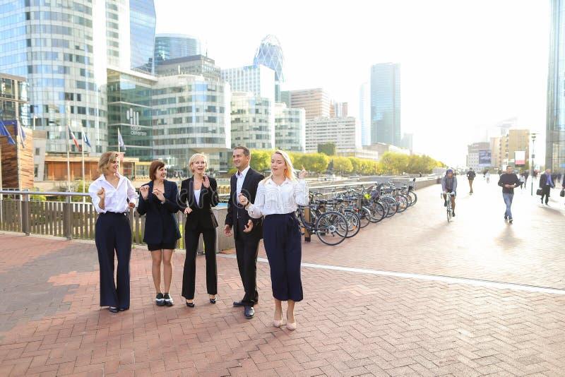 Membros da equipa dos negócios que agitam as mãos na defesa Paris do La, imagem de stock