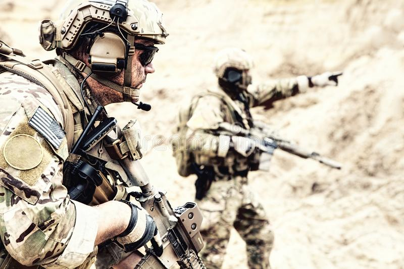 Membros da equipa especiais do reconhecimento na área do deserto foto de stock