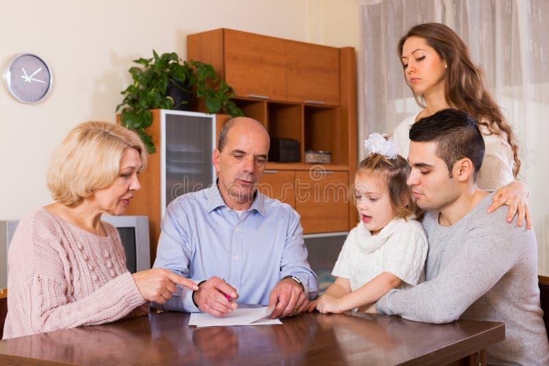 Membros da família com contas foto de stock