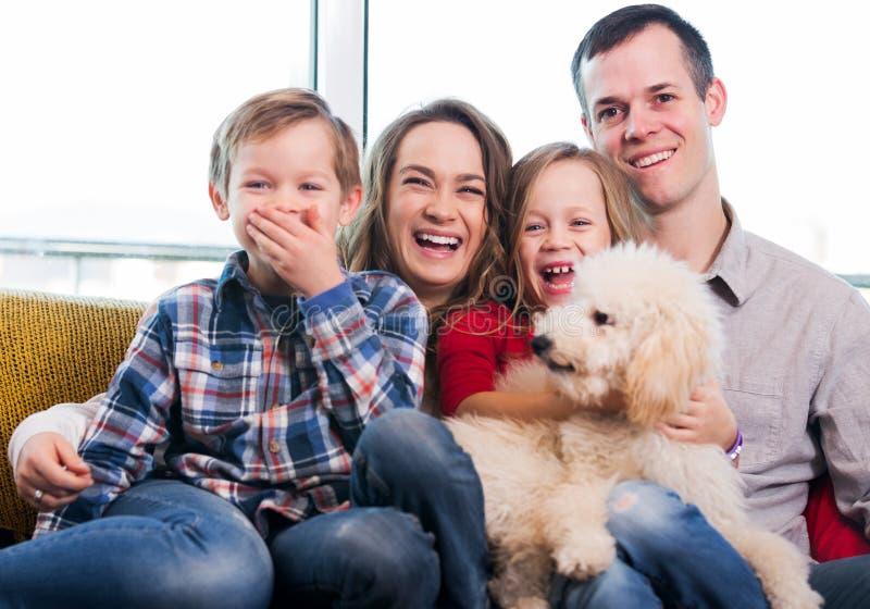 Membros da família que passam o tempo da qualidade junto imagens de stock