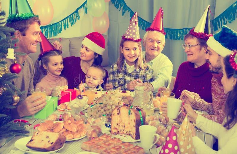 Membros da família que têm a celebração do aniversário imagem de stock