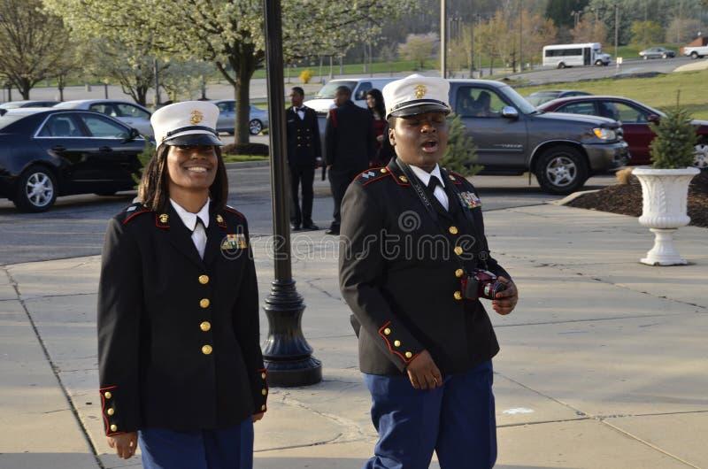 2 membros da High School ROTC para atender a um baile de finalistas da High School fotos de stock