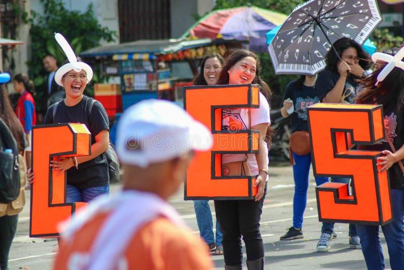 Membros da organização da faculdade durante a parada militar do festival de Peñafrancia fotos de stock royalty free