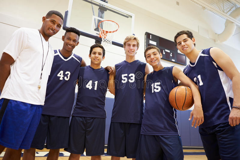 Membros do basquetebol masculino Team With Coach da High School imagens de stock royalty free