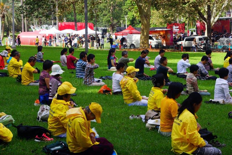 Membros do Falun Gong que meditam em Hyde Park, Sydney, Austrália foto de stock