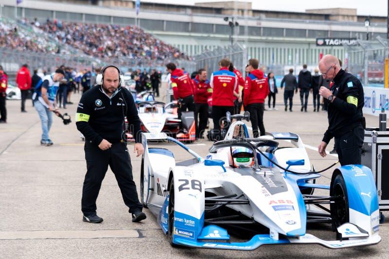 Membros do pessoal do Bmw que verificam um carro de corridas imagens de stock royalty free