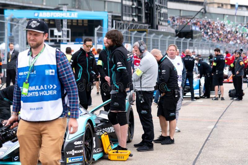 Membros do pessoal do Bmw que verificam um carro de corridas imagem de stock