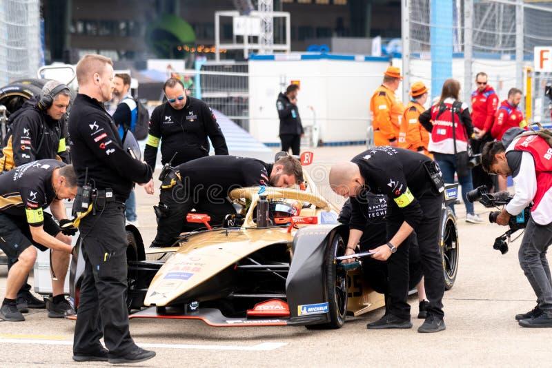 Membros do pessoal dos automóveis do DS que verificam um carro de corridas fotos de stock royalty free