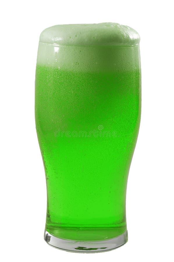 Meme de março e de dia de St Patrick feliz conceito com vidro gelado de espumar a cerveja verde e a espuma que derrama quase sobr fotografia de stock