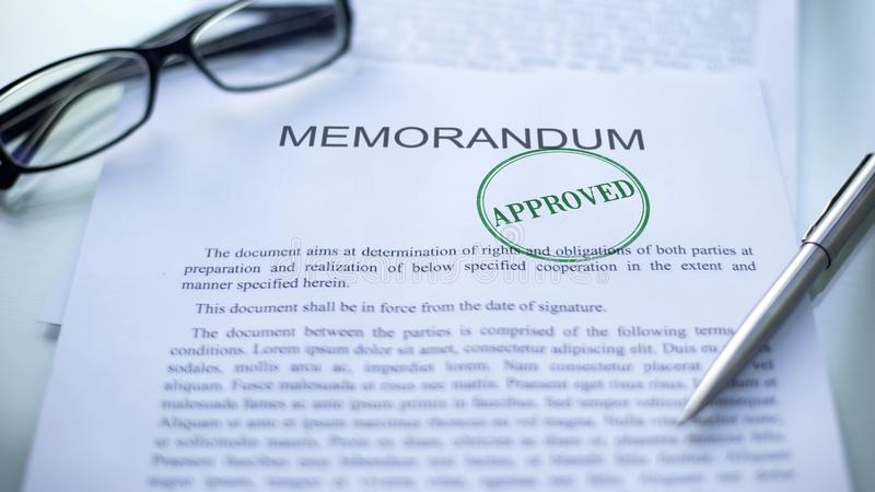 Memorándum aprobado, sello sellado en el documento oficial, contrato del negocio fotos de archivo