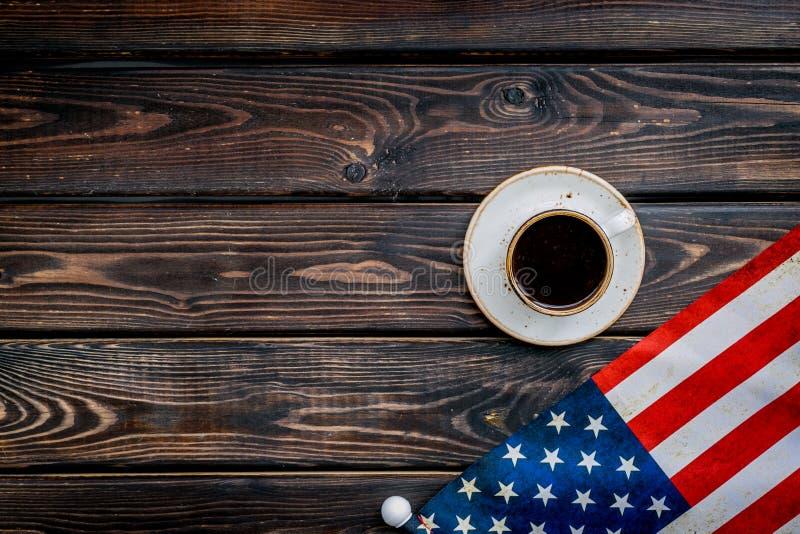 Memoral-Tag von den Vereinigten Staaten von Amerika mit Flagge und Kaffee auf h?lzernem Draufsichtspott des Hintergrundes oben lizenzfreie stockfotografie