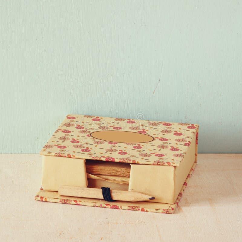 Memorando romântico do vintage com o lápis velho de madeira imagem filtrada retro imagem de stock