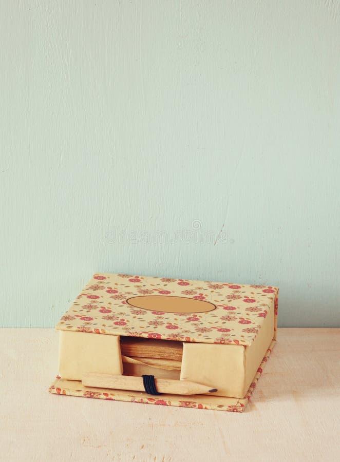 Memorando romântico do vintage com o lápis velho de madeira imagem filtrada retro imagens de stock