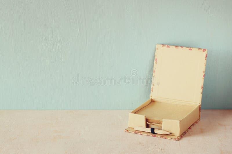 Memorando romântico do vintage com o lápis velho de madeira imagem filtrada retro fotos de stock