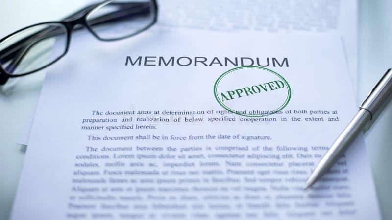 Memorandum approvato, guarnizione timbrata sul documento ufficiale, contratto di affari fotografie stock