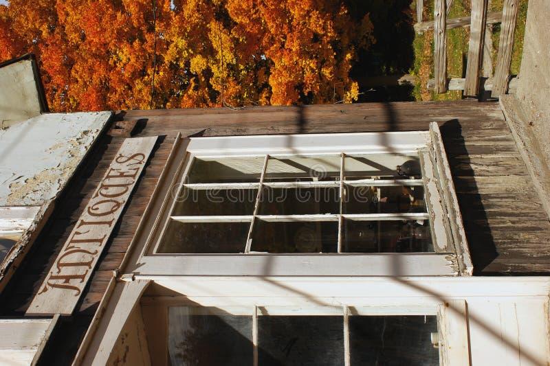 Memoria antica rurale in autunno immagine stock