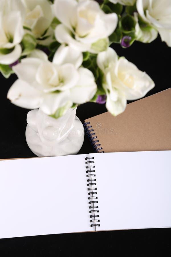 Memoria del cuaderno con una flor fotografía de archivo