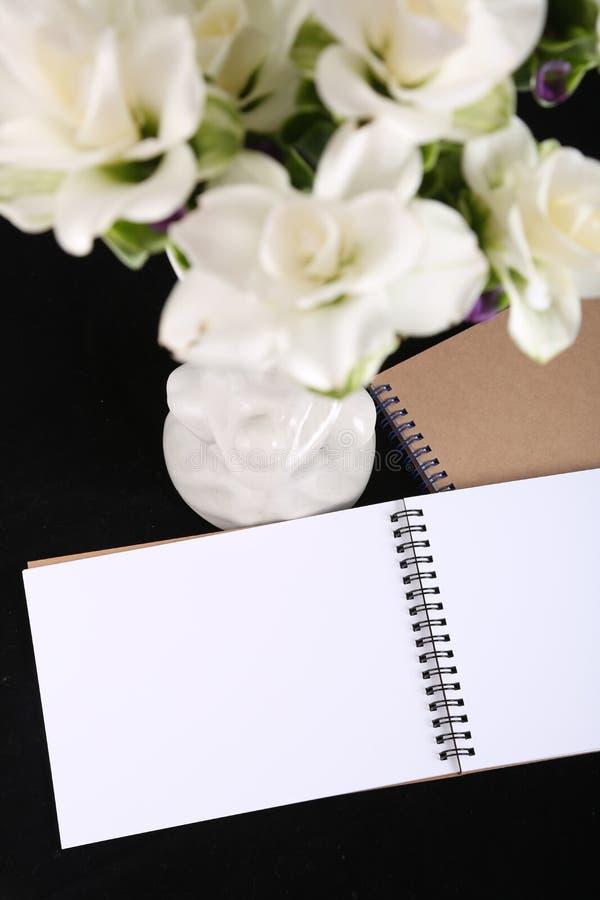Memoria del cuaderno con una flor imagen de archivo