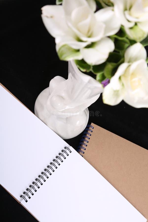 Memoria del cuaderno con una flor fotos de archivo