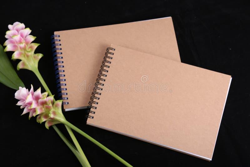 Memoria del cuaderno con una flor imagenes de archivo
