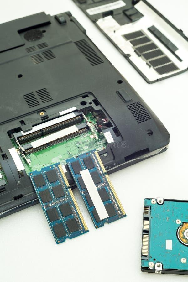 Memoria di RAM per il computer portatile su fondo bianco fotografia stock