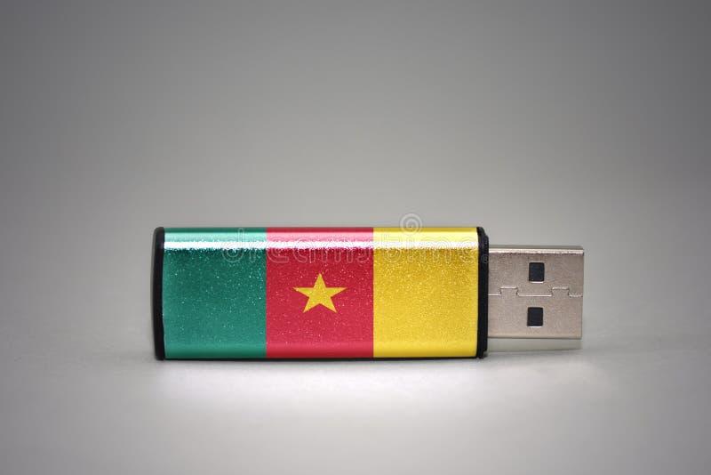 Memoria USB con la bandera nacional del Camerún en fondo gris fotografía de archivo libre de regalías