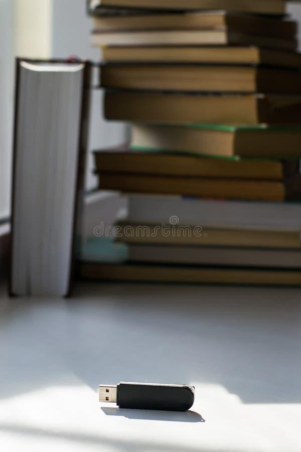 Memoria USB en el fondo de libros fotos de archivo libres de regalías