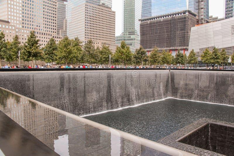 9/11 Memorial's孪生反射水池美丽的景色  最大的人造瀑布 历史地方概念 免版税库存照片