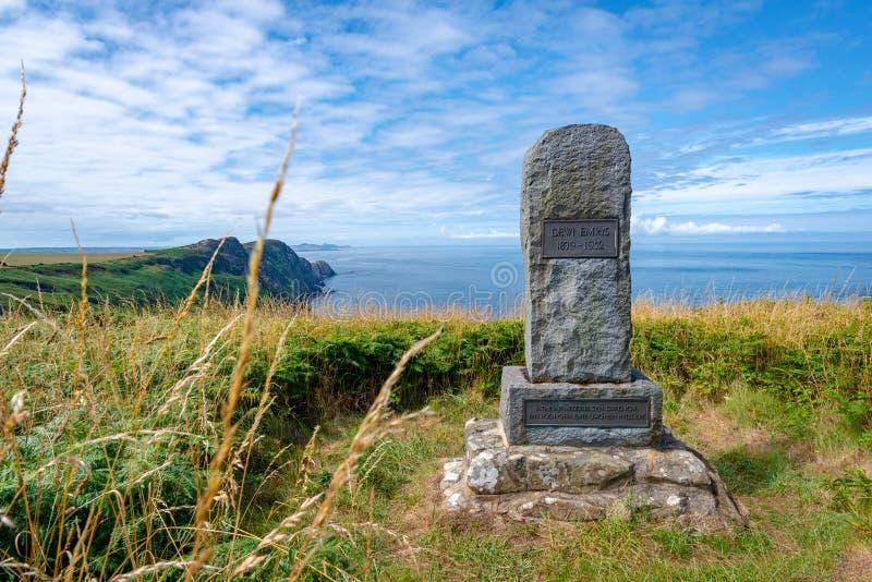 Memorial ao poeta Dewi Emrys em Pwll Deri, Gales imagens de stock royalty free