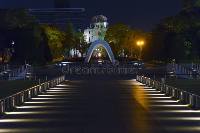 Memorial Cenotaph & Atomic Bomb Dome i Hiroshima Peace Memorial Park, Japan arkivfoto