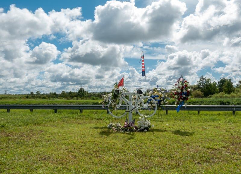 Memorial da bicicleta para um ciclista batido em uma estrada foto de stock