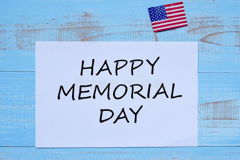 Memorial Day feliz con la bandera de los Estados Unidos de América en fondo de madera azul fotos de archivo