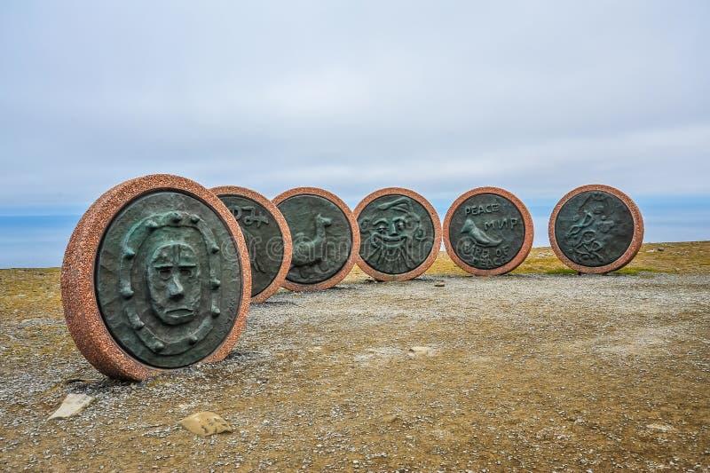 Memorial de fishers afastado passados em Honningsvag, Noruega, cabo norte, o mais northernmost de Europa imagens de stock