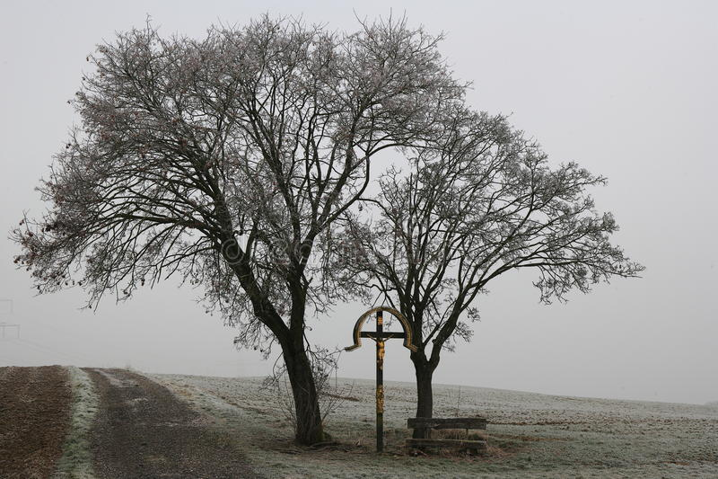 Memorial dourado da crucificação na paisagem maçante foto de stock royalty free