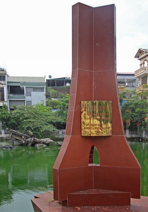 Memorial em hanoi em um lago: o naufrágio de b52 fotos de stock