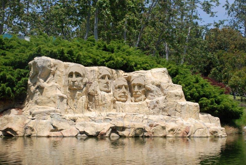 Memorial nacional de Rushmore da montagem feito de Lego fotografia de stock