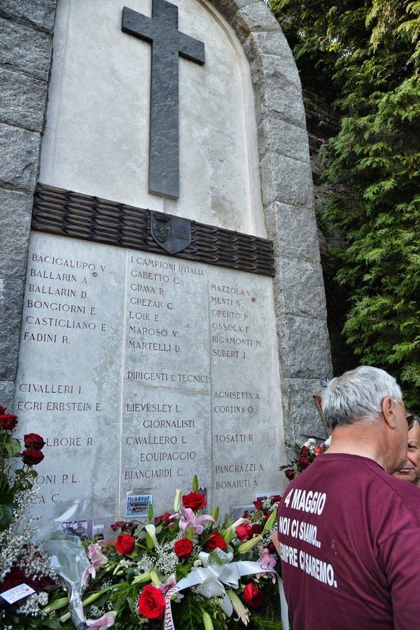 Memorial no local desastre do 4 de maio de 1949 aéreo onde morreram toda os jogadores do futebol grandioso t de Torino fotos de stock