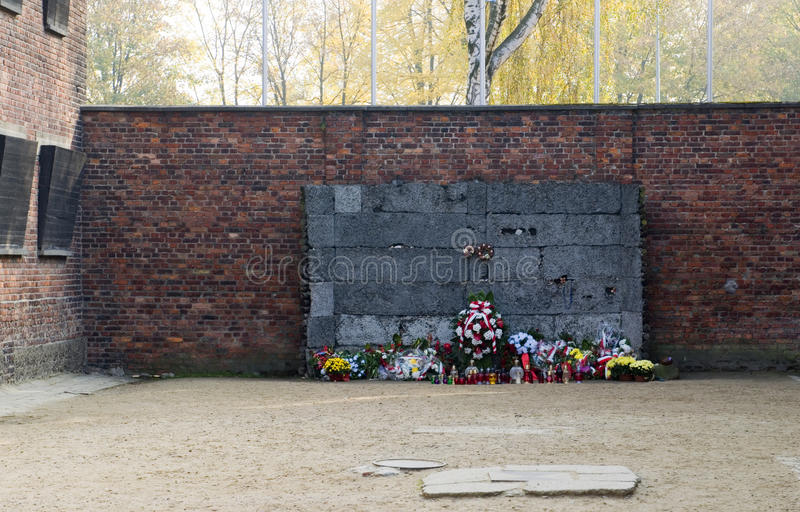 Memorial at the wall at Auschwitz German Nazi concentration death camp where thousand of Polish people and Jews were executed or. Tortured Auschwitz-Birkenau stock photos