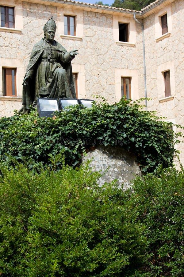 Memoriale al vescovo Pere-Joan Campins in cortile chiuso in convento di Santuario de lluc Monastery fotografie stock libere da diritti