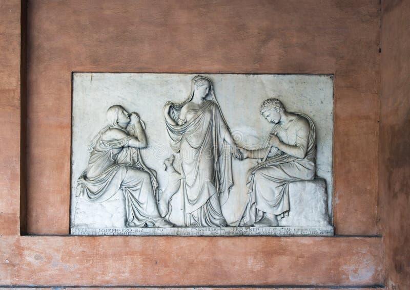 Memoriale a Clelia Severini, un sollievo scolpito neoclassico incluso in una parete nel narthex di San Lorenzo in Lucina fotografia stock