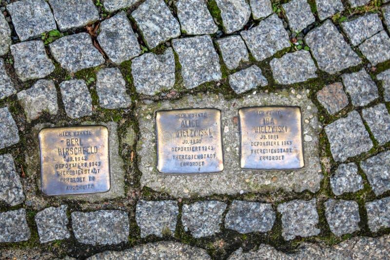 Memoriale degli ebrei deportati e sterminati nell'olocausto su una via a Berlino fotografia stock libera da diritti