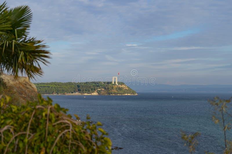 Memoriale dei martiri di Canakkale contro lo stretto di Dardanelles immagine stock