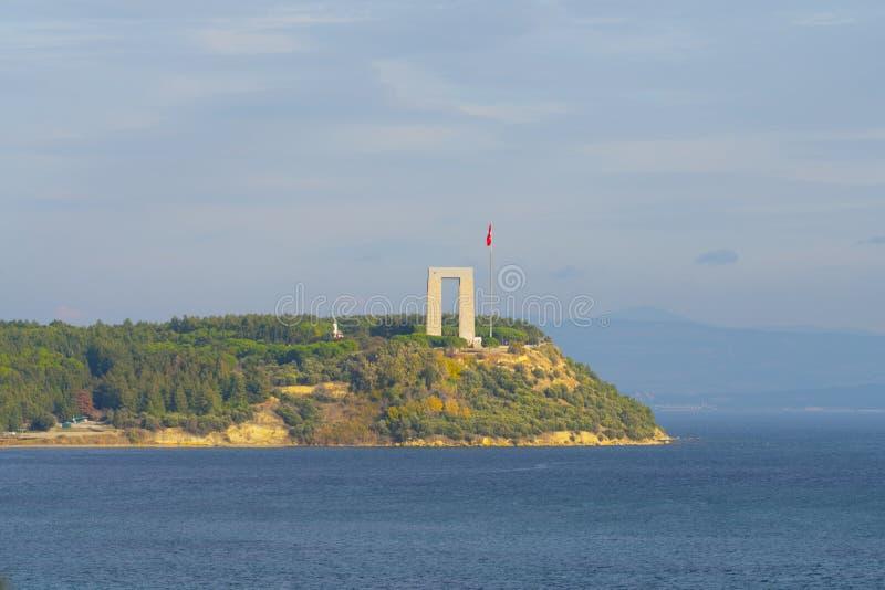Memoriale dei martiri di Canakkale contro lo stretto di Dardanelles fotografia stock