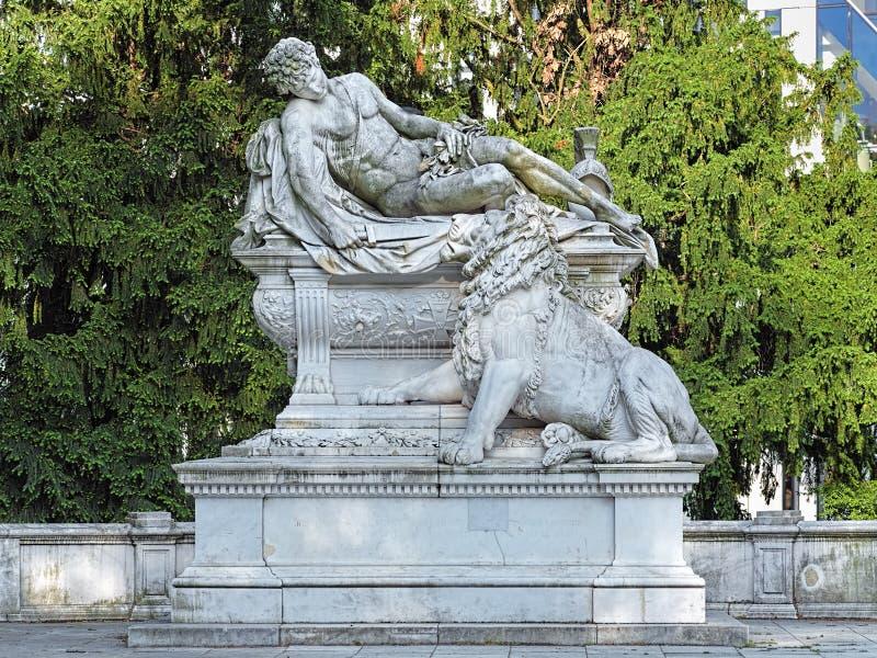 Memoriale di guerra nel parco di Hofgarten di Dusseldorf, Germania immagine stock