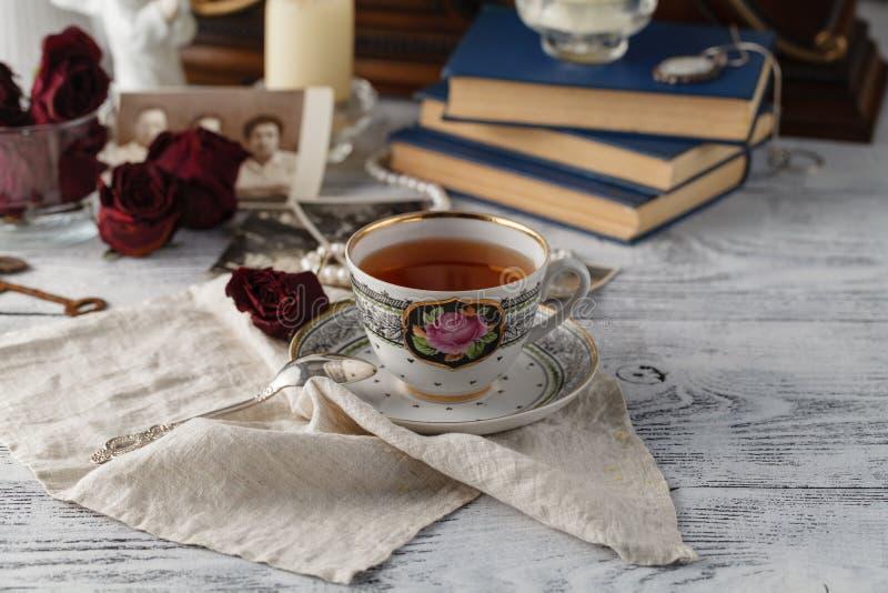 Memorias de la familia con la taza de té imagenes de archivo