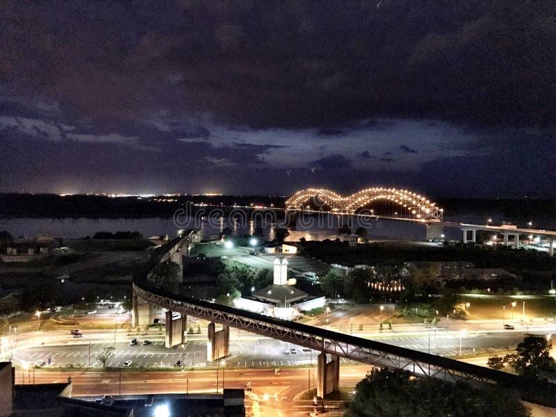 Memphis del centro, Memphis Bridge alla notte fotografia stock libera da diritti