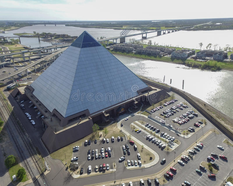MEMPHIS TENNESSEE - APRIL 08, 2016: Pyramid i Memphis, Tennessee Mississippi River i bakgrund med Sunight Hernando de Soto royaltyfri foto