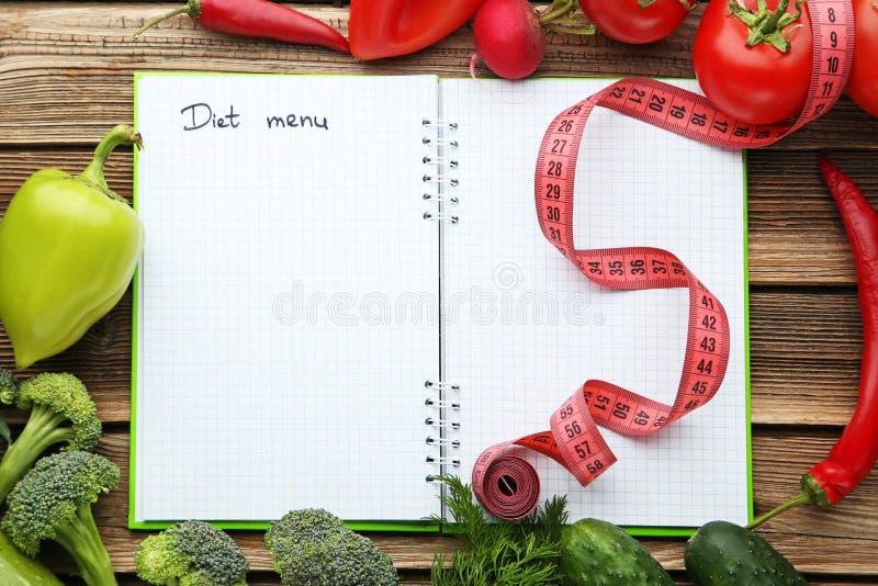 Menú de la dieta en el papel con las verduras imágenes de archivo libres de regalías