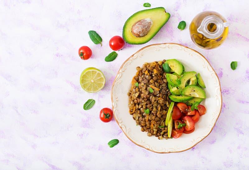 Menú de la dieta Forma de vida sana Gachas de avena de las lentejas y verduras frescas - tomates y aguacate imagen de archivo