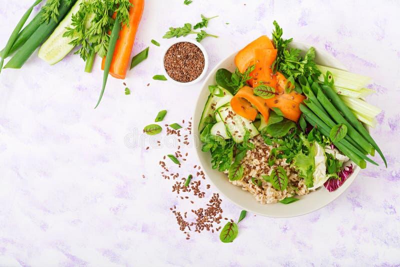 Menú de la dieta Forma de vida sana Gachas de avena y verduras frescas - apio, espinaca, pepino, zanahoria y cebolla de la avena imagen de archivo libre de regalías